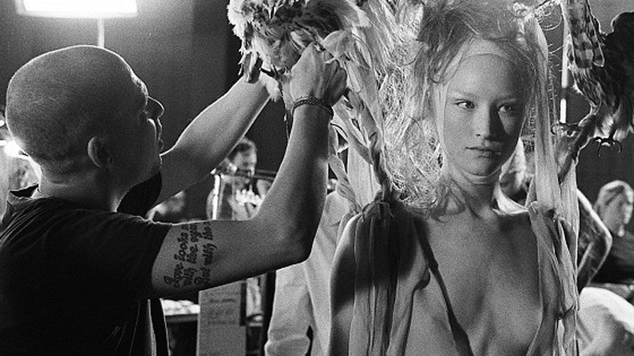 Do kin jde film o geniálním módním návrháři Alexandru McQueenovi.