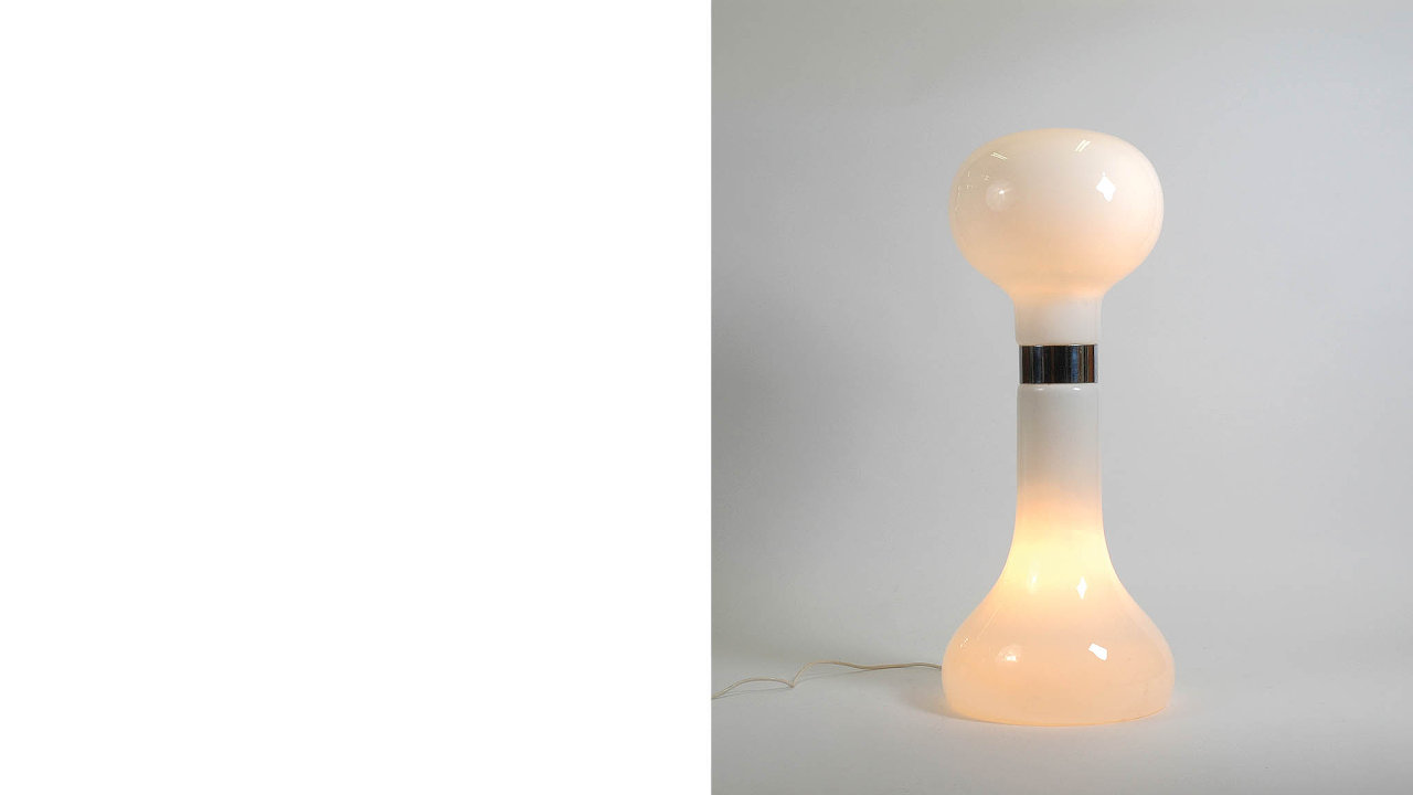 Stojanová lampa nesoucí označení B1/15610, kterou Karel Volf navrhl v roce 1980 pro hotel Praha v Dejvicích. Esence tvarové čistoty a přehlednosti.