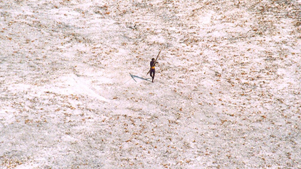 Sentinelec. Příslušník kmene, který žije v izolaci na ostrově Severní Sentinel. Kmen nejspíš nedávno zabil amerického misionáře, který se i přes zákaz za nimi vydal.