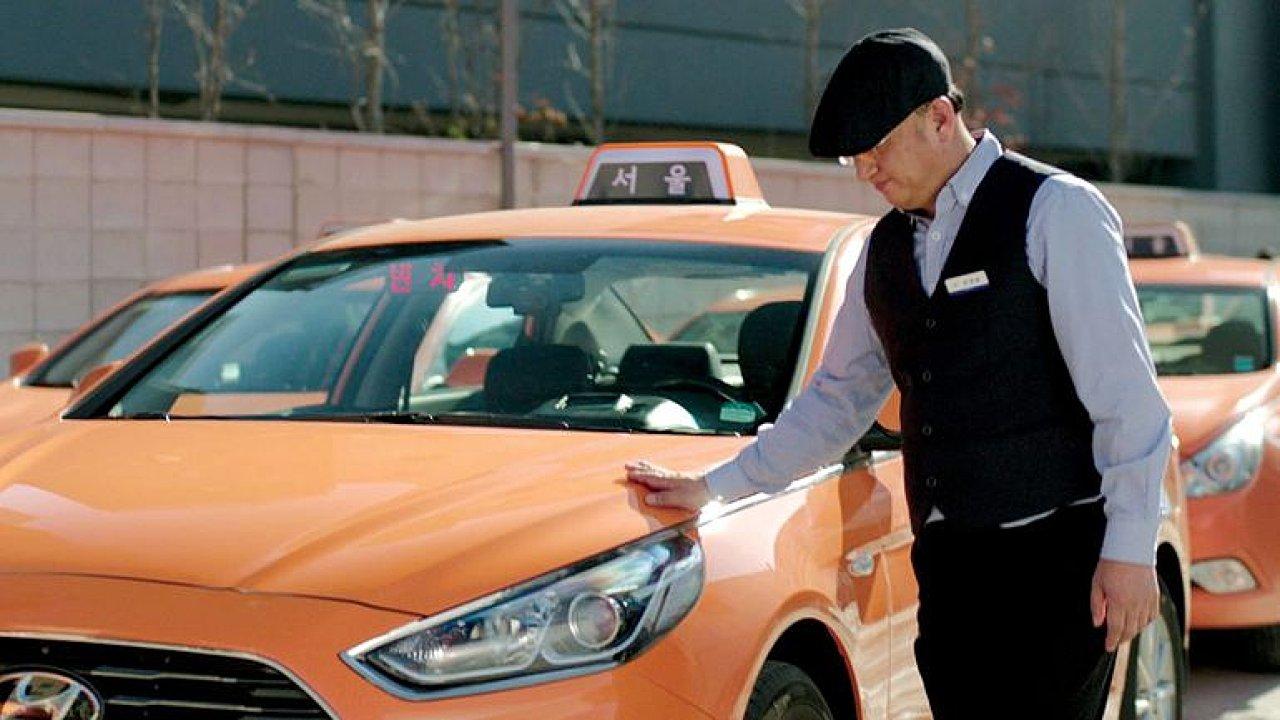 Tiché taxi se super moderní výbavou. Neslyšící můžou díky Hyundai dělat taxikáře.