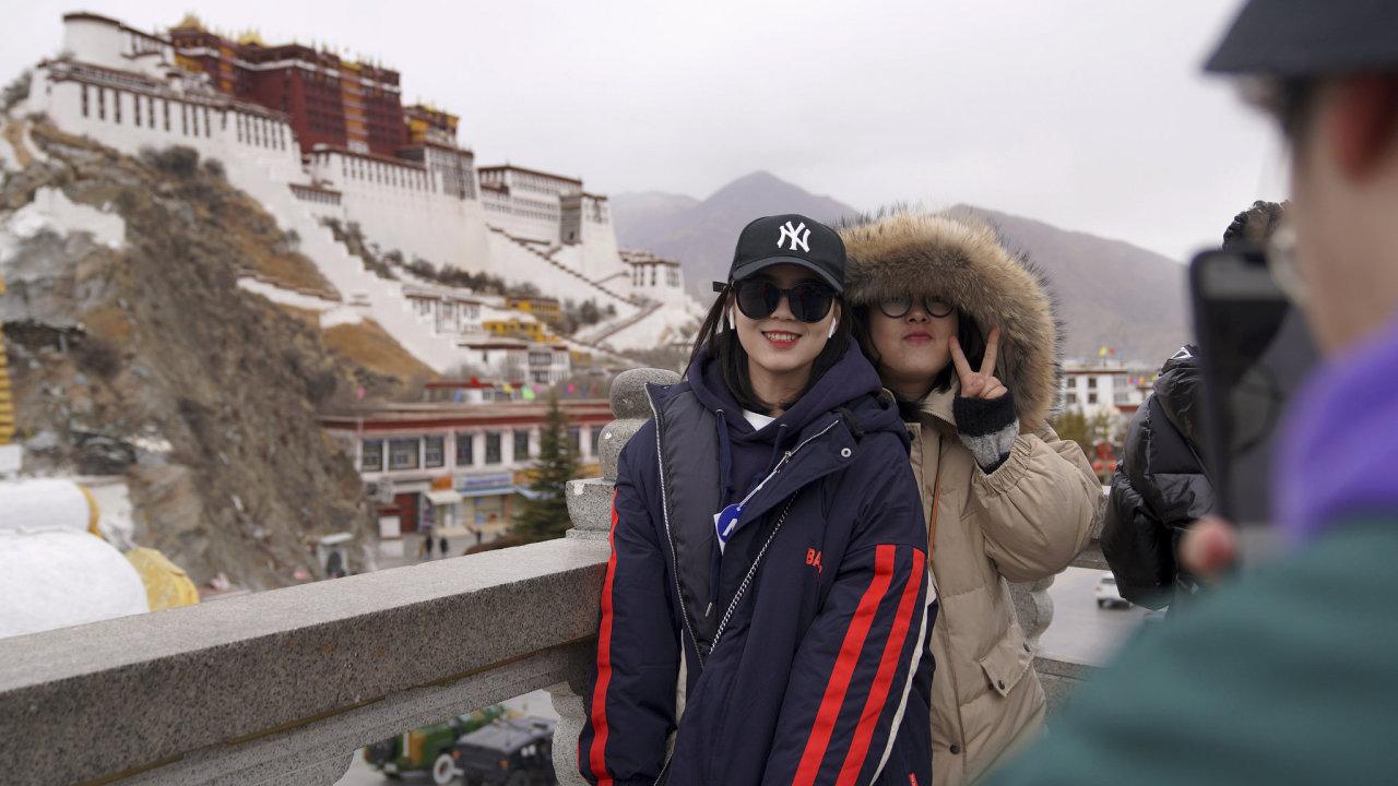 Turisté před palácem Potála, který se nachází ve městě Lhasa, centru Tibetské autonomní oblasti.