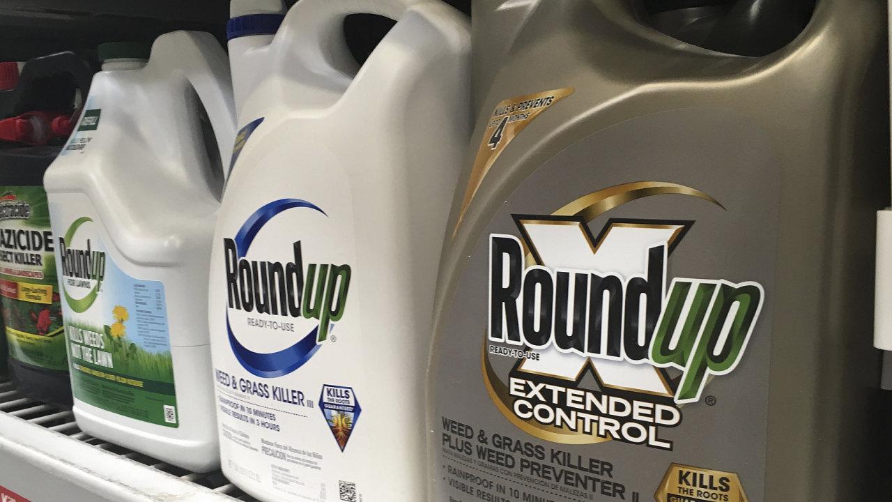 Společnost Bayer popírá tvrzení, že glyfosát, který Roundup obsahuje, způsobuje rakovinu.
