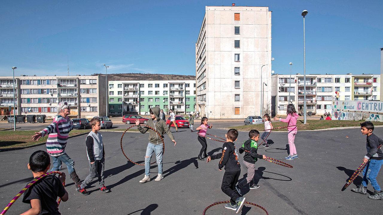 """Děti ze sportovního kroužku Domu romské kultury cvičí na chanovské """"návsi""""."""