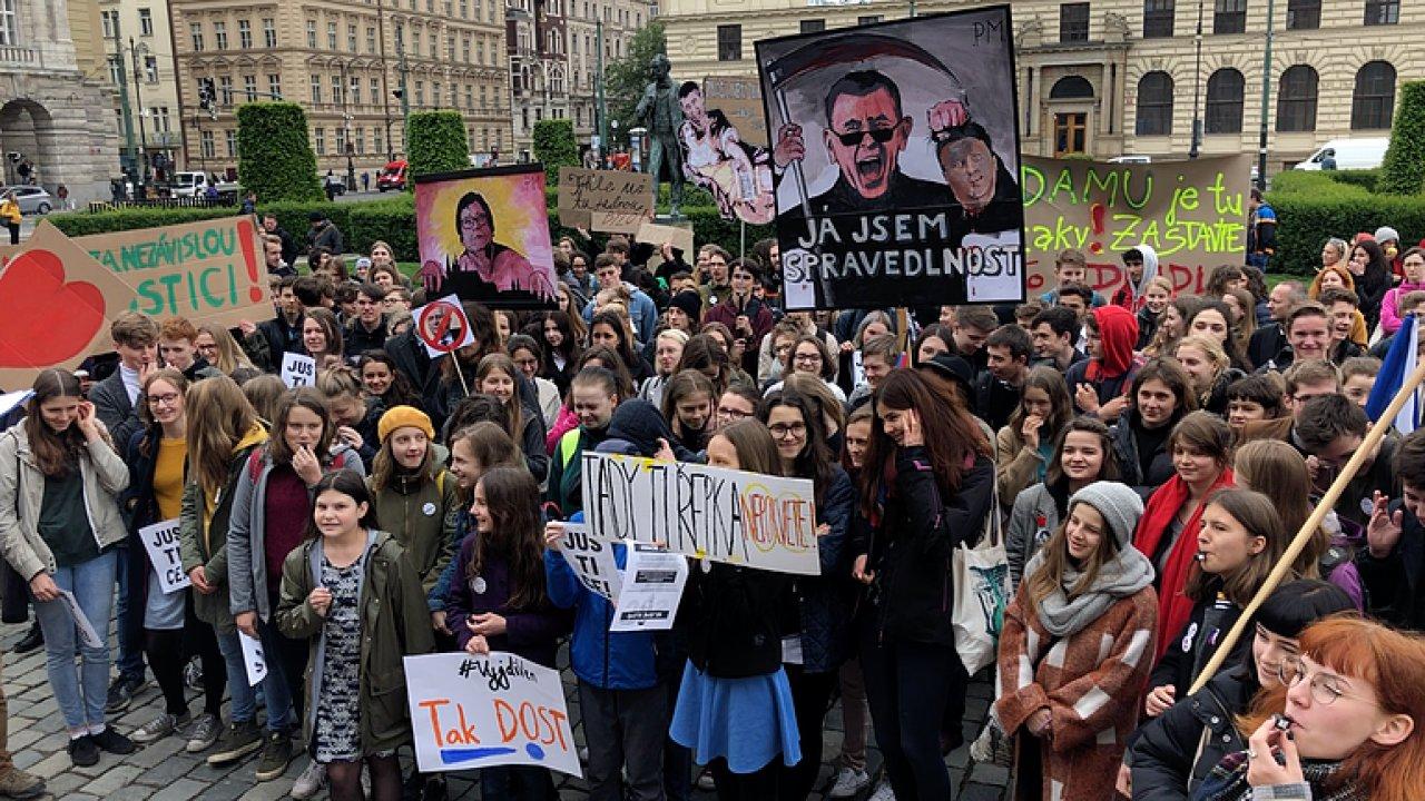 Nejsme slepí. Studenti v Praze demonstrovali za justici.