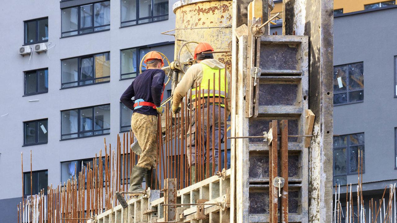 VČesku je nyní bez práce 200 tisíc lidí, zaměstnavatelé ale nabízejí rekordních 346 tisíc pracovních míst. Firmy proto stále více sázejí nacizince, především zUkrajiny.