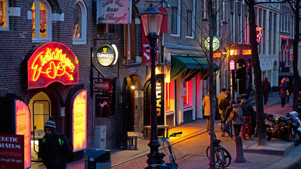 Slavná amsterdamská čtvrť červených luceren De Wallen.