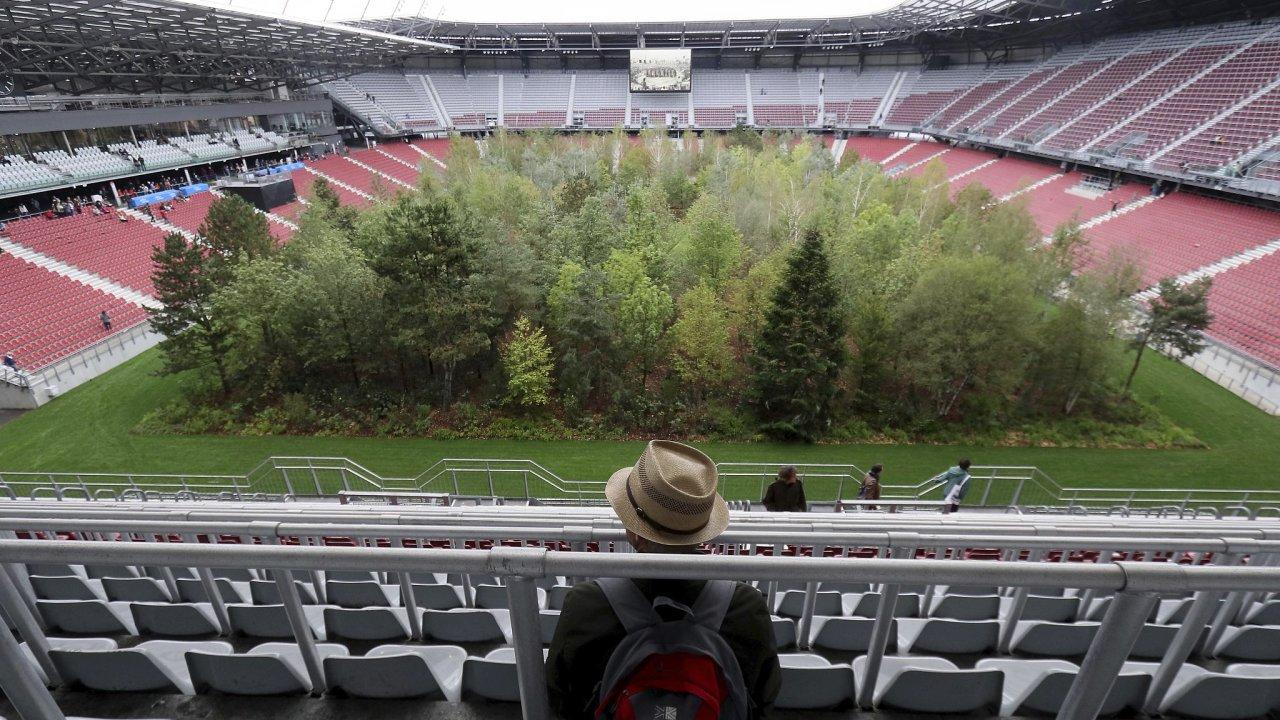 K instalaci umělce inspirovala dystopická kresba rakouského malíře Maxe Peintera nazvaná Nezlomná přitažlivost přírody, na které stadion plný diváků pozoruje les.