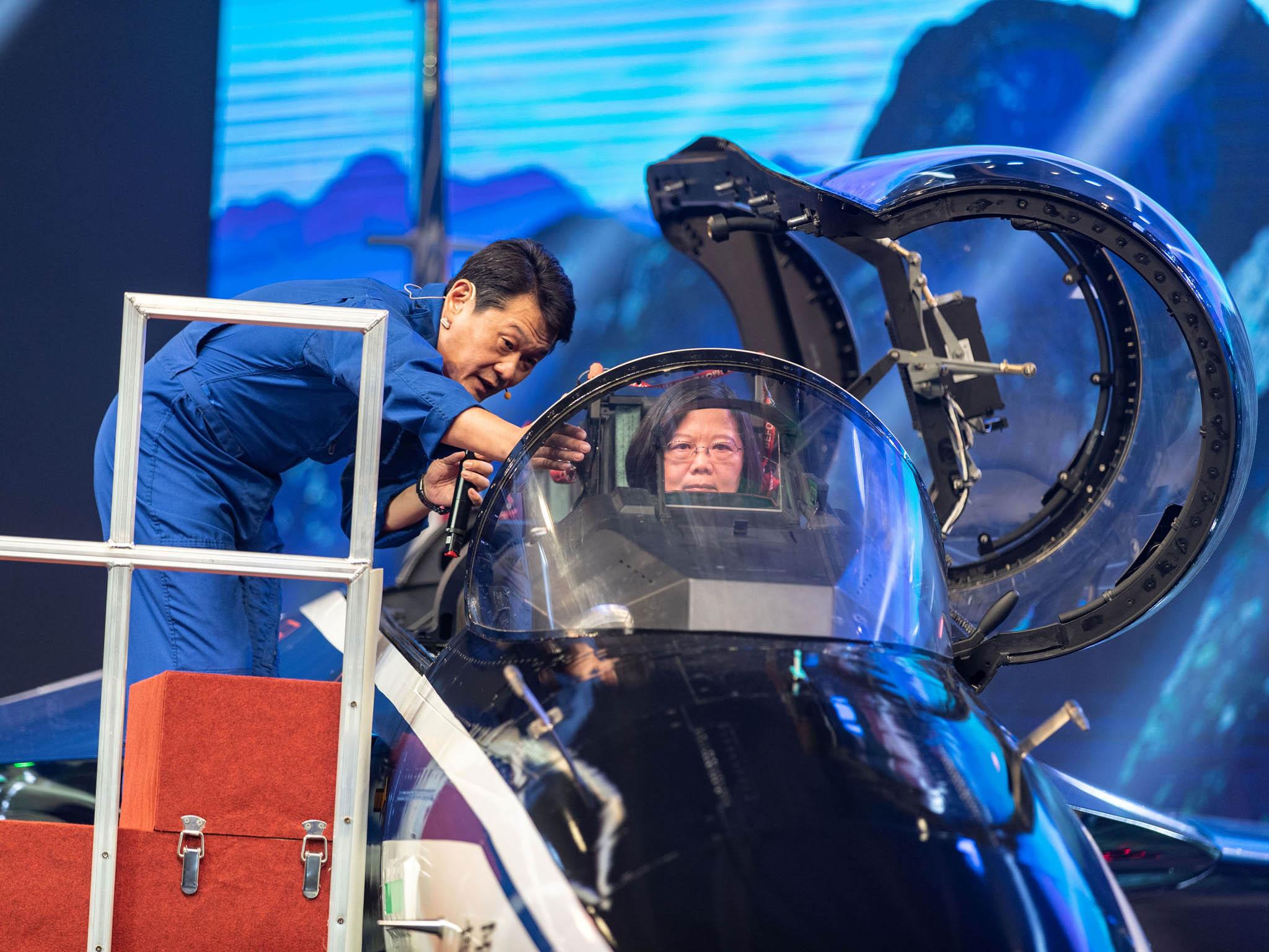 Dokokpitu letounu přezdívaného Statečný orel při úterní slavnostní ceremonii usedla i prezidentka Tcha-jwanu Cchaj Jing-wen.