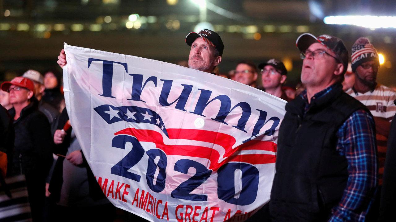 Věrní jdou doboje. Donaldu Trumpovi pomáhají vkampani voliči, které nezklamal, itakoví, kteří si už naněj zvykli.