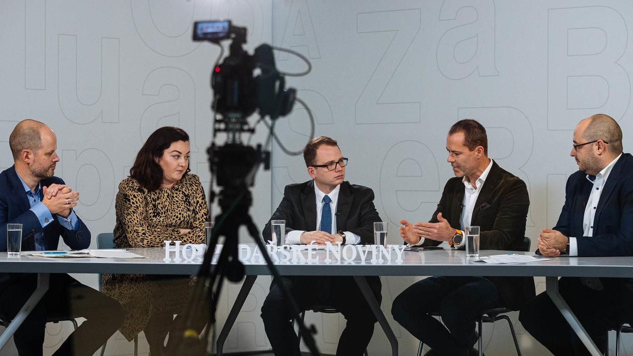 Diskuse HN se zúčastnili (zleva) Filip Zeman (Česká spořitelna), Alena Voroninová (Alza.cz), moderátor Filip Sýkora, Erik Brinkáč (Global Payments) aMarcel Gajdoš (Visa pro ČR aSlovensko).