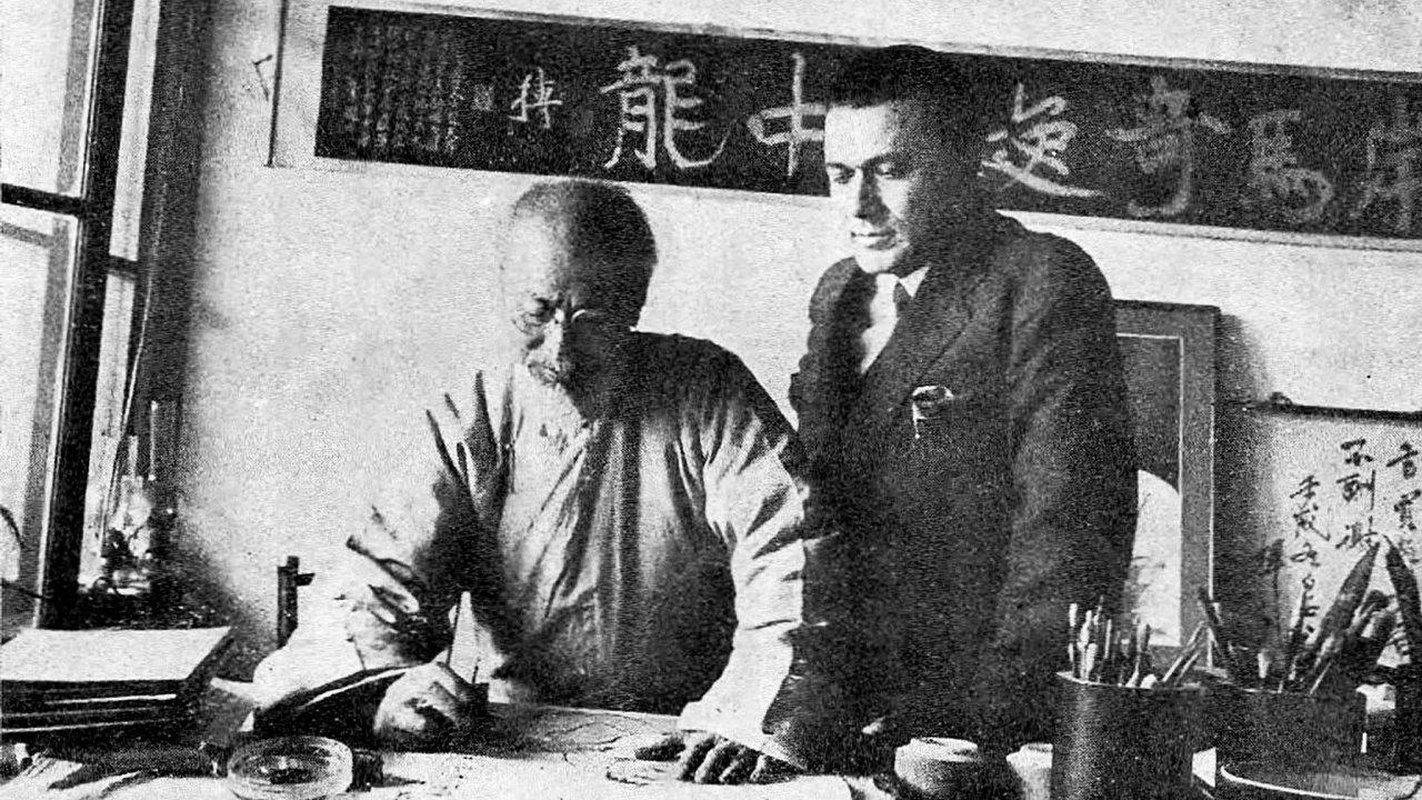 Nasnímku je sběratel Vojtěch Chytil vateliéru čínského malíře Čchi Paj-š'e.