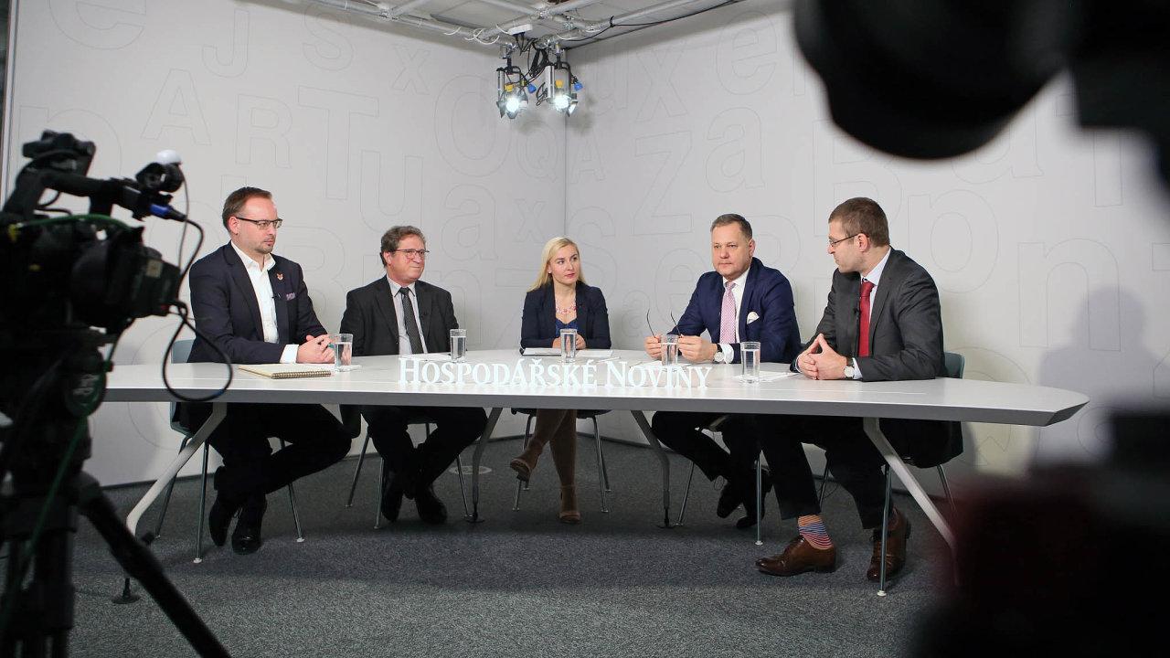 Oenergetických úsporách hovořili (zleva): Martin Sedlák (Svaz moderní energetiky), Vladimír Sochor (MPO), redaktorka Jana Niedermeierová, Kamil Čermák (ČEZ ESCO) aPetr Holub (Šance pro budovy).