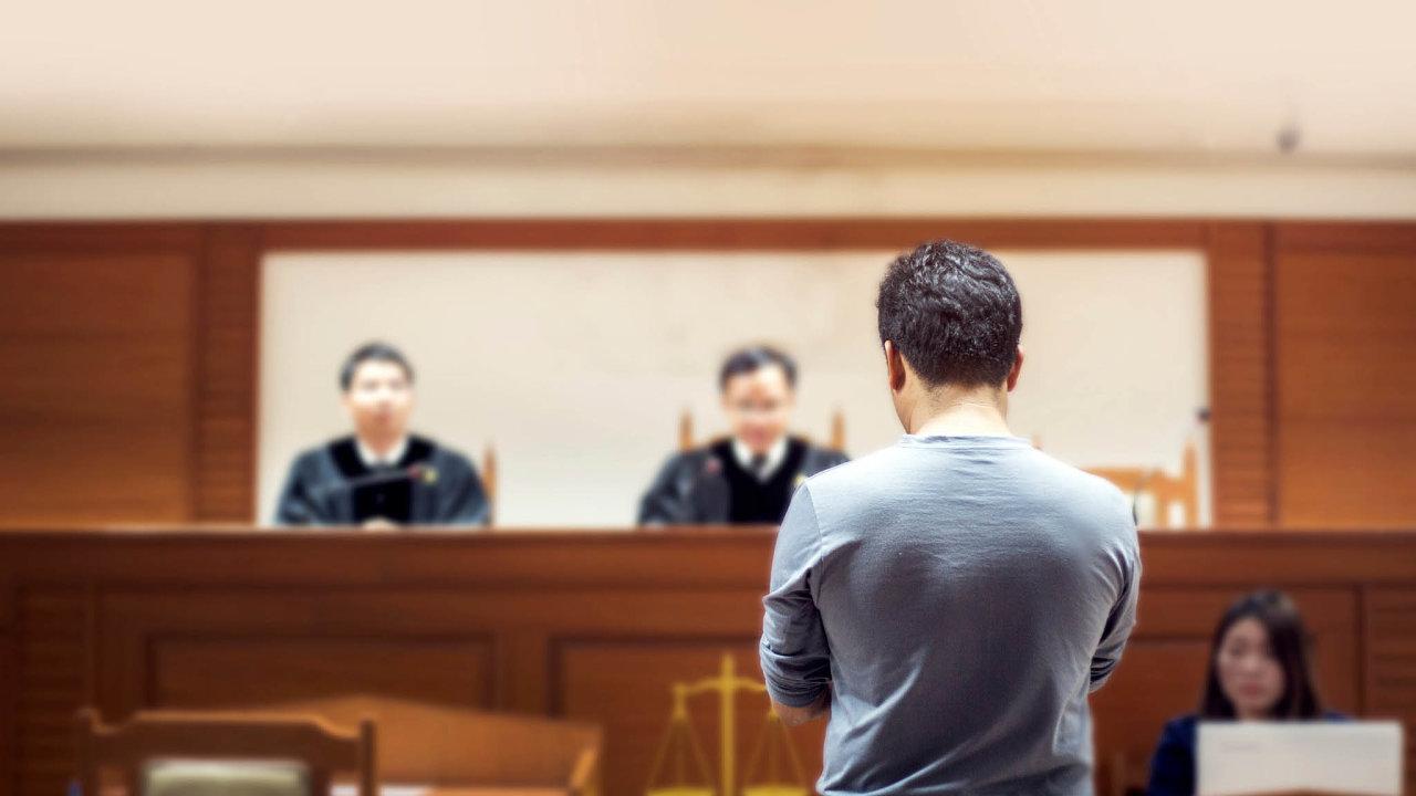 Počet soudních sporů za posledních osm let vzrostl ovíce než polovinu. Zatímco vroce 2011 uzavřely soudy 118 tisíc sporů, vnichž se lidé ifirmy přeli openíze, loni těchto sporů bylo už 185 tisíc.