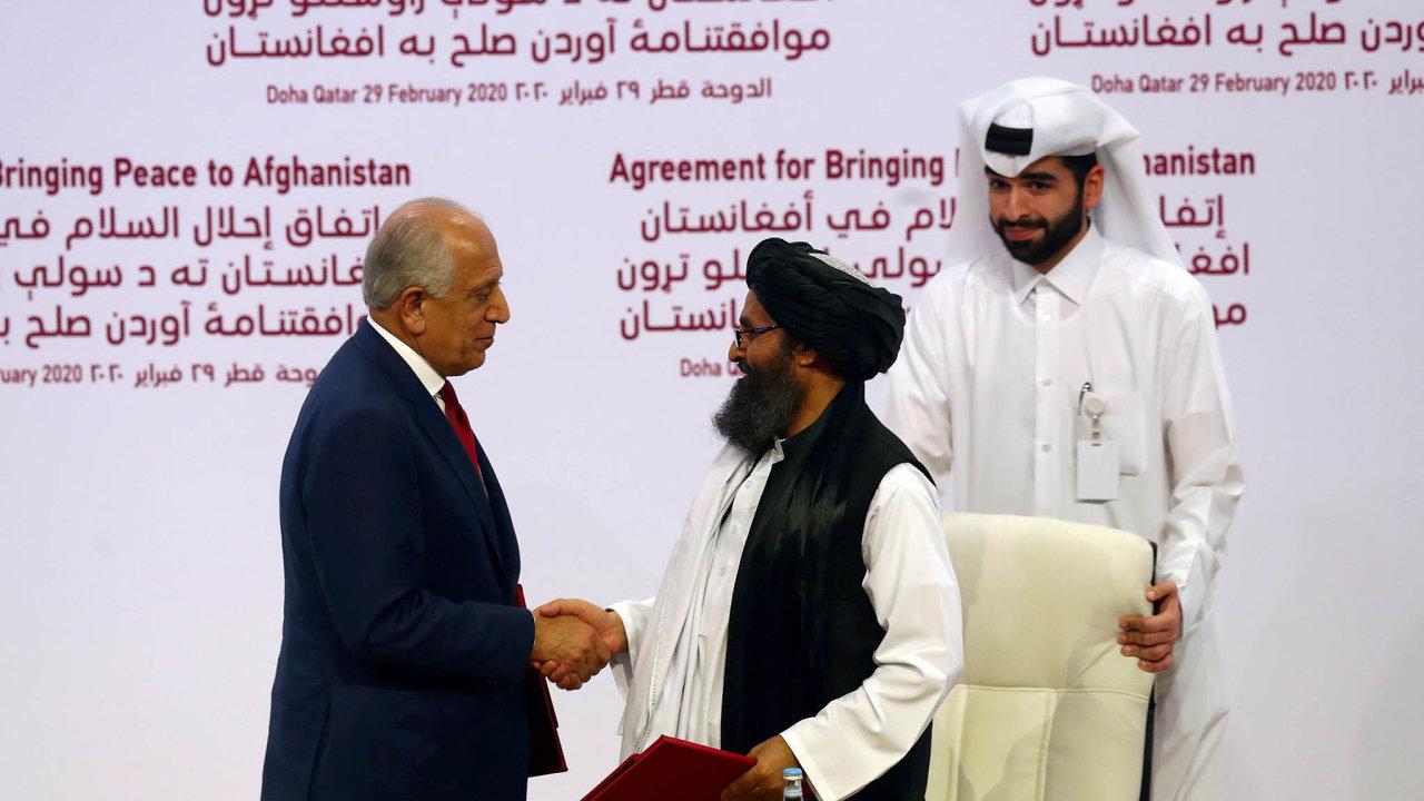 Zástupce Spojených států Zalmay Khalilzad si v neděli s Abdulem Baradarem, šéfem tálibánské delegace, třese rukou na usmířenou. Několik dnů nato ale konflikt pokračuje.