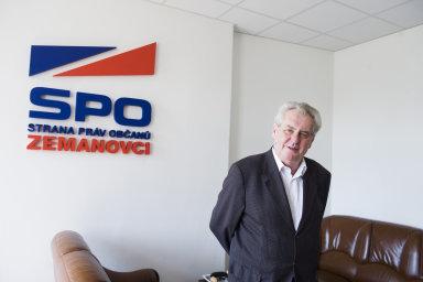 S prezidentem Milošem Zemanem, který je ve straně čestným předsedou, se podle svých slov vidí zhruba dvakrát do roka.