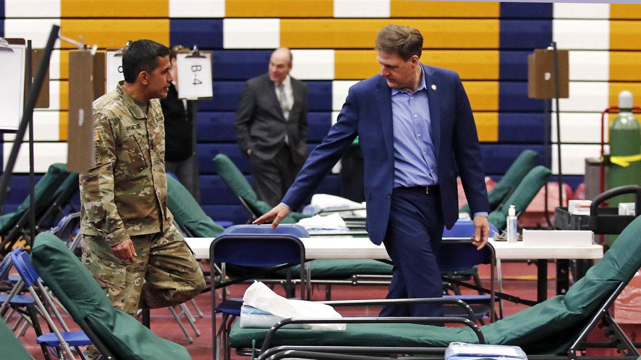 Příprava naúder koronaviru: Nasnímku Chris Sununu, guvernér státu New Hampshire, kontroluje lůžkové centrum, které zřídila Národní garda nauniverzitě veměstě Manchester.