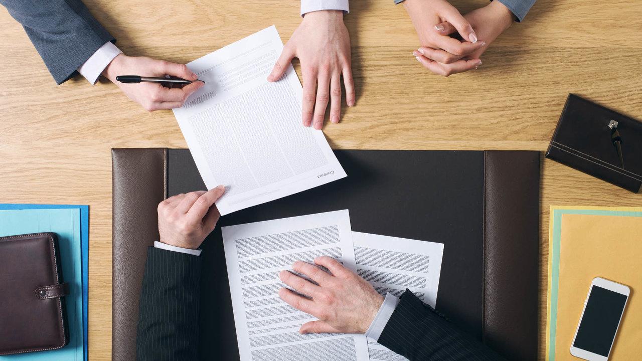 Právní kanceláře nechtějí ztratit klienty, které postihla vládní opatření vsouvislosti skoronavirem. Vycházejí jim vstříc snížením sazeb i možností rozložit odměnu do až tří měsíčních splátek.