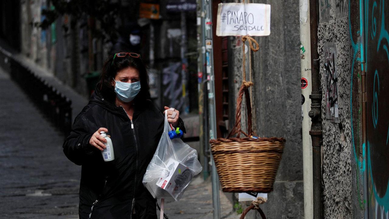 Nákup prosouseda: Hlavně staří lidé zůstávají vhistorickém centru Neapole doma. Nákupy jim nosí přátelé adobrovolníci. Stačí spustit košík zokna apřevzít si, co je potřeba.