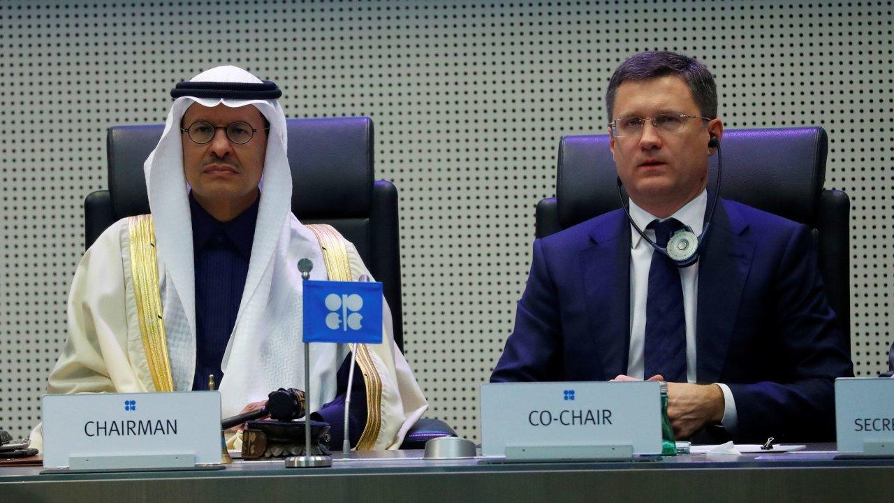 Saúdskoarabský ministr energetiky princ Abdalazíz bin Salmán a ruský ministr energetiky Alexandr Novak.