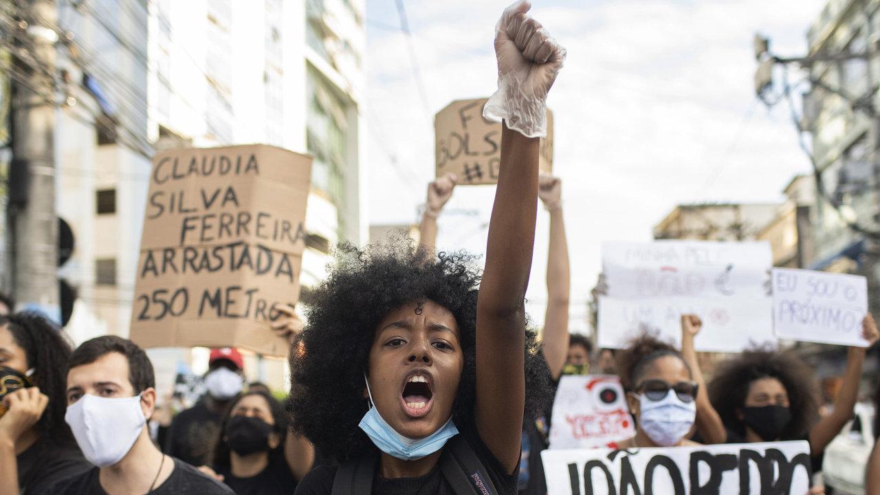 Demonstranti v Brazílii.