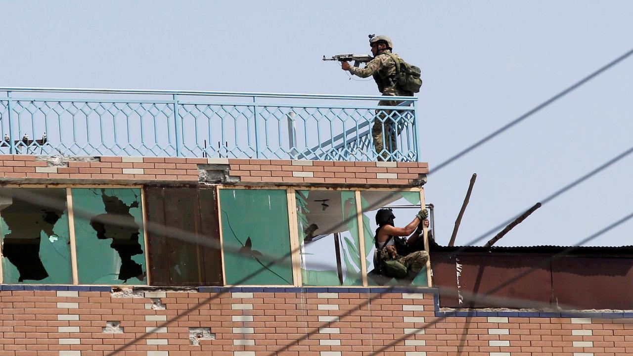 Boj ověznici: Afghánským jednotkám trvalo několik hodin, než obsadily budovu, ze které bojovníci Islámského státu zaútočili na vězení vDžalálábádu.