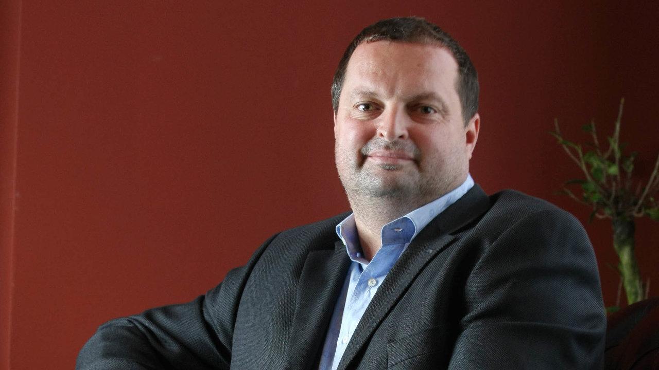 Dvě strany sporu. Bývalý mluvčí CPI Group Jan Burian tvrdí, že výkonný ředitel největší české realitní firmy Zdeněk Havelka ajejí majitel Radovan Vítek (na snímku) se ho snaží zničit.