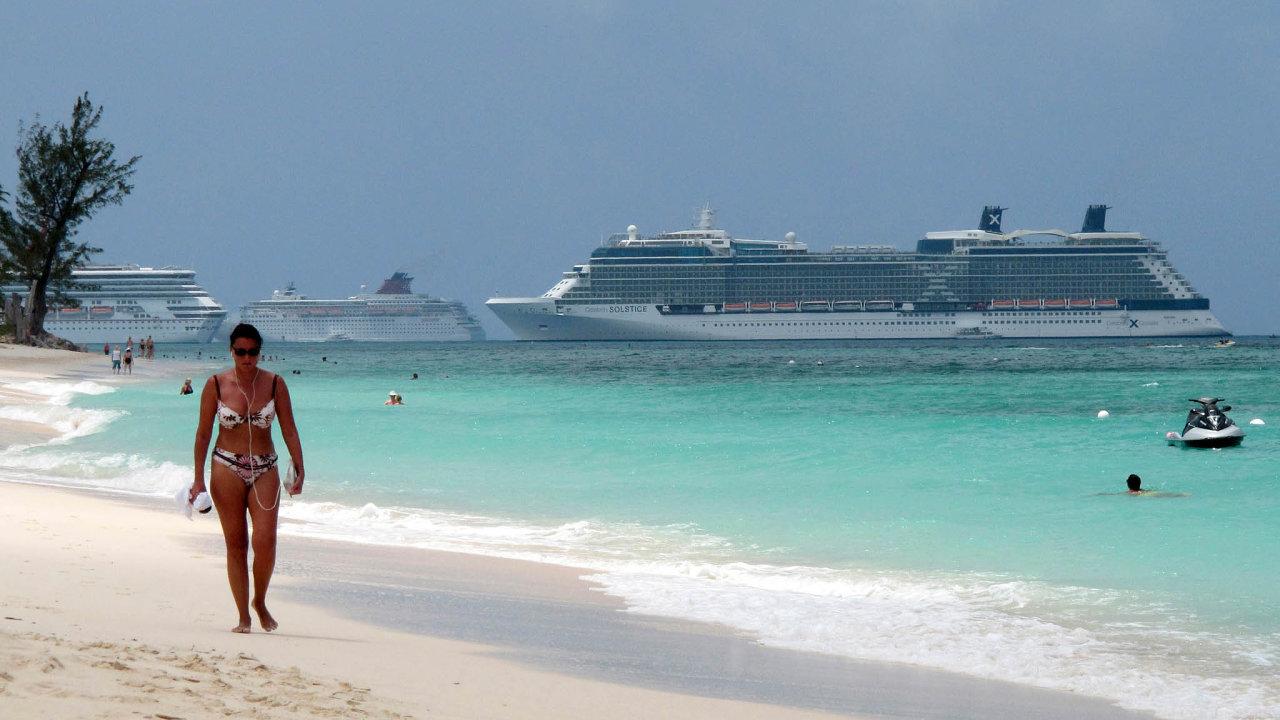 Přístavy bez lodí. Kajmanské ostrovy zakázaly v koronavirové krizi obřím výletním lodím kotvit u svých břehů.