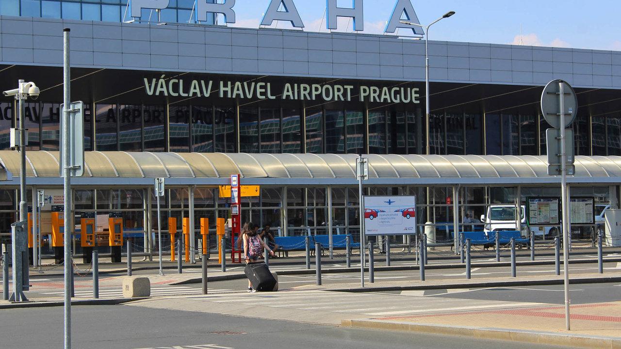 Ještě vminulém roce praskaly letištní terminály pocelém světě vešvech. Letos ale připomínají apokalyptické filmy. Koronavirus zasáhl všude, lidí ubylo i vPraze na Letišti Václava Havla.