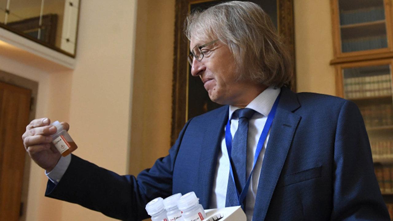 Profesor Stanislav Kmoch představuje nový test na koronavirus, na jehož vývoji se jeho tým z Univerzity Karlovy podílel. Tvoří jej sada čtyř lahviček se speciálními roztoky.