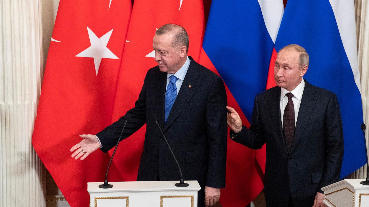 Oboustranná náklonnost: Bez ohledu navšechny třenice, mezi Putinem (vpravo) aErdoganem zjevně funguje osobní chemie.