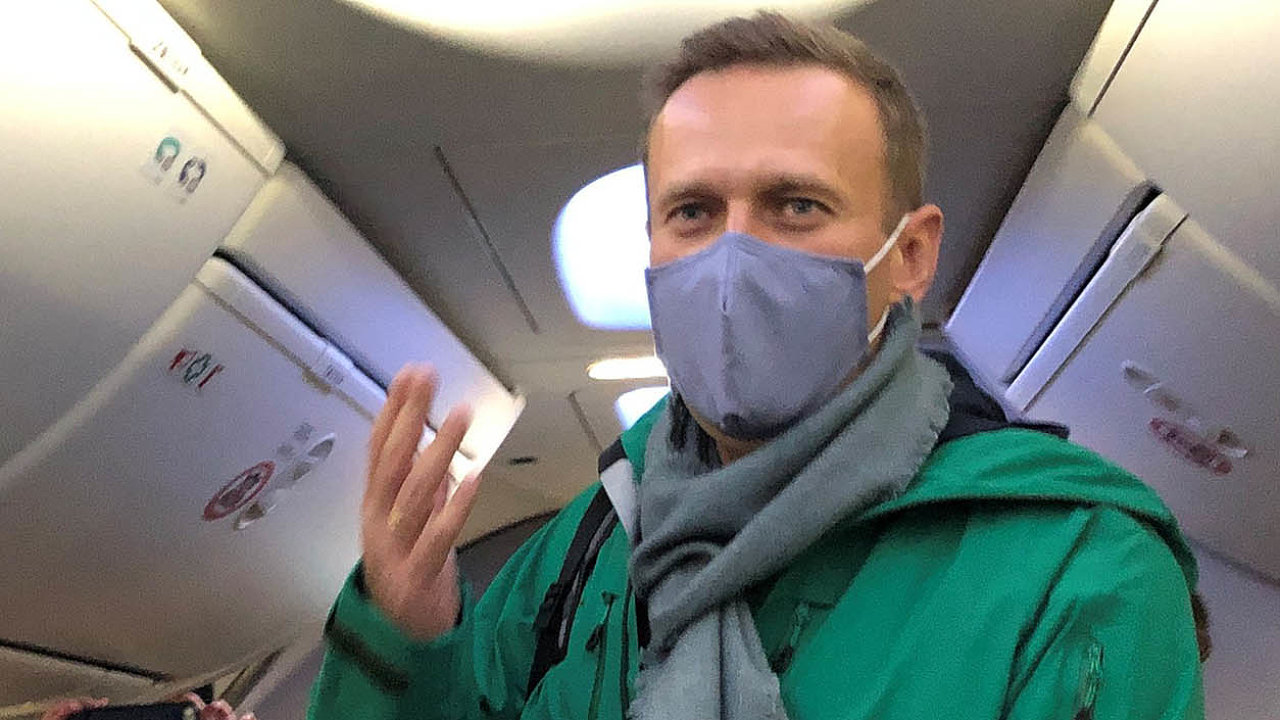 Krátce popříletu zBerlína doMoskvy byl ruský opoziční politik Alexej Navalnyj zadržen přímo naletišti při průchodu pasovou kontrolou.