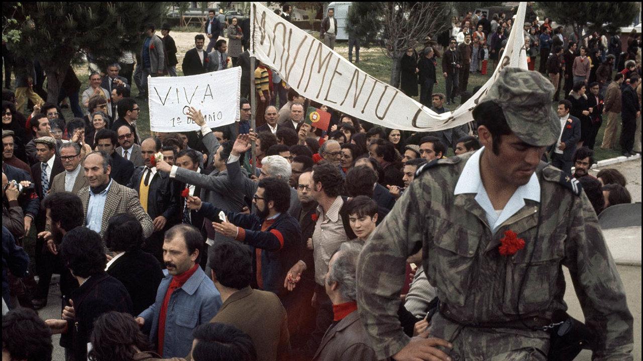 Je to padesát na padesát. Mezi lety 1946 a2010 proběhlo na světě 619 převratů, úspěšnost byla 49 procent. Portugalská karafiátová revoluce vroce 1974.