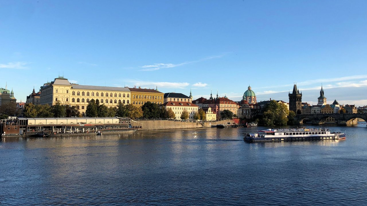 Nedaleko Karlova mostu v centru Prahy chce Štěpán Rusňák se svojí společností Presidential Cruises umístit plovoucí lavičku Václava Havla.