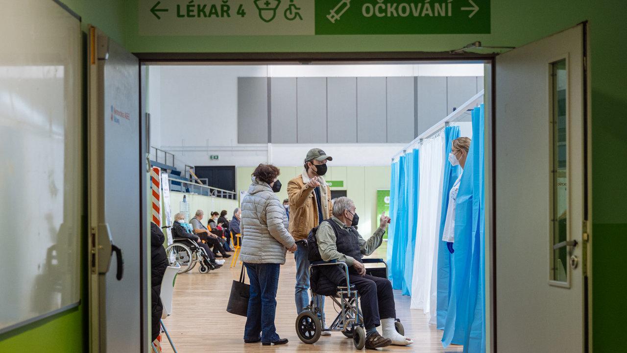 Plného očkování, tedy obou dávek vakcíny, by se ještě do konce června mohlo dočkat dodatečných více než půl milionu Čechů.