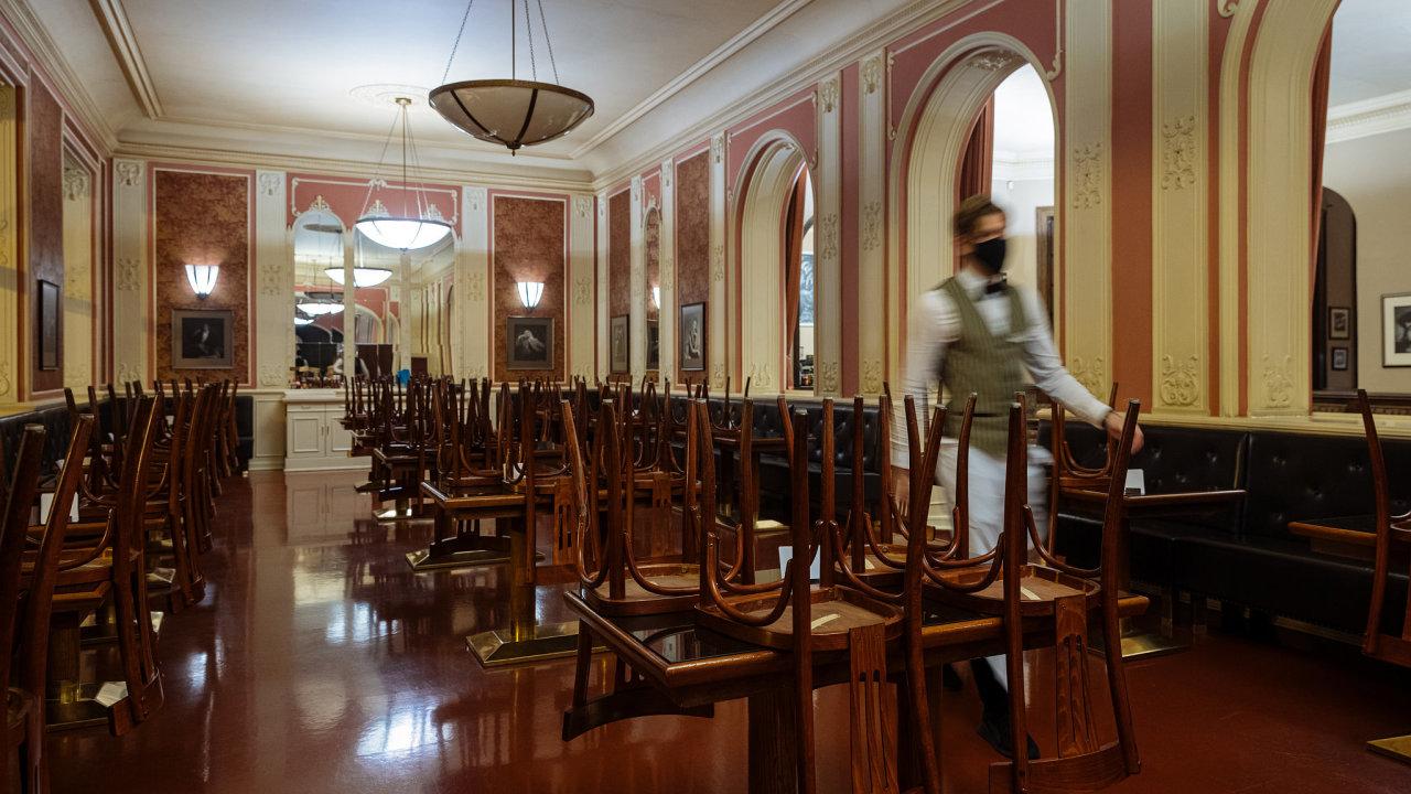 Uzavřené Café Louvre v centru Prahy. I jeho majitelům pandemický zákon ztěžuje možnost získat odškodné za zavření provozovny nařízené státem.