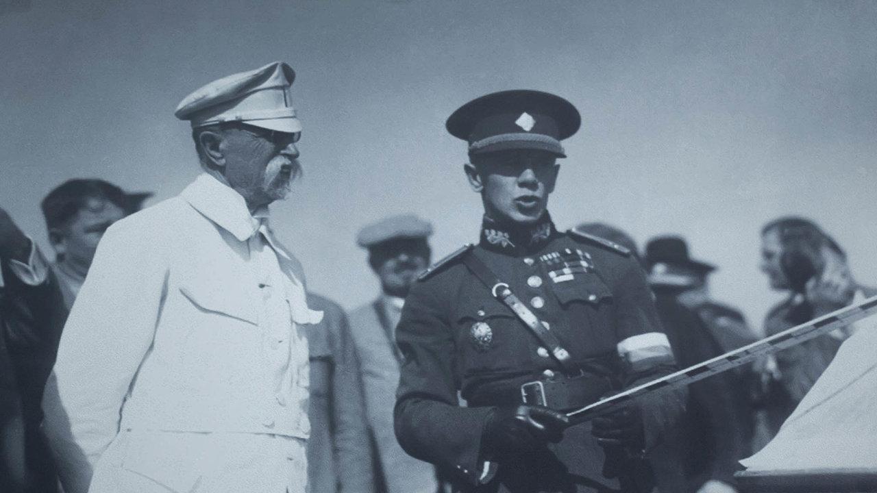 Sergej Vojcechovský (vpravo) sprezidentem Masarykem namanévrech vroce 1927. Zaokupace generálovi nabízeli vedení Ruské osvobozenecké armády, on ale odmítl. Hitlerovci pak oslovili Andreje Vlasova.