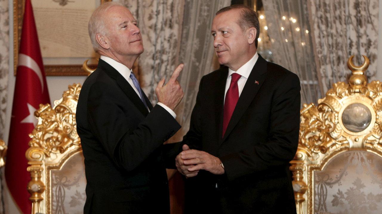 Tehdejší viceprezident Spojených států Joe Biden a turecký prezident Recep Erdogan na schůzce v Istanbulu v roce 2016.