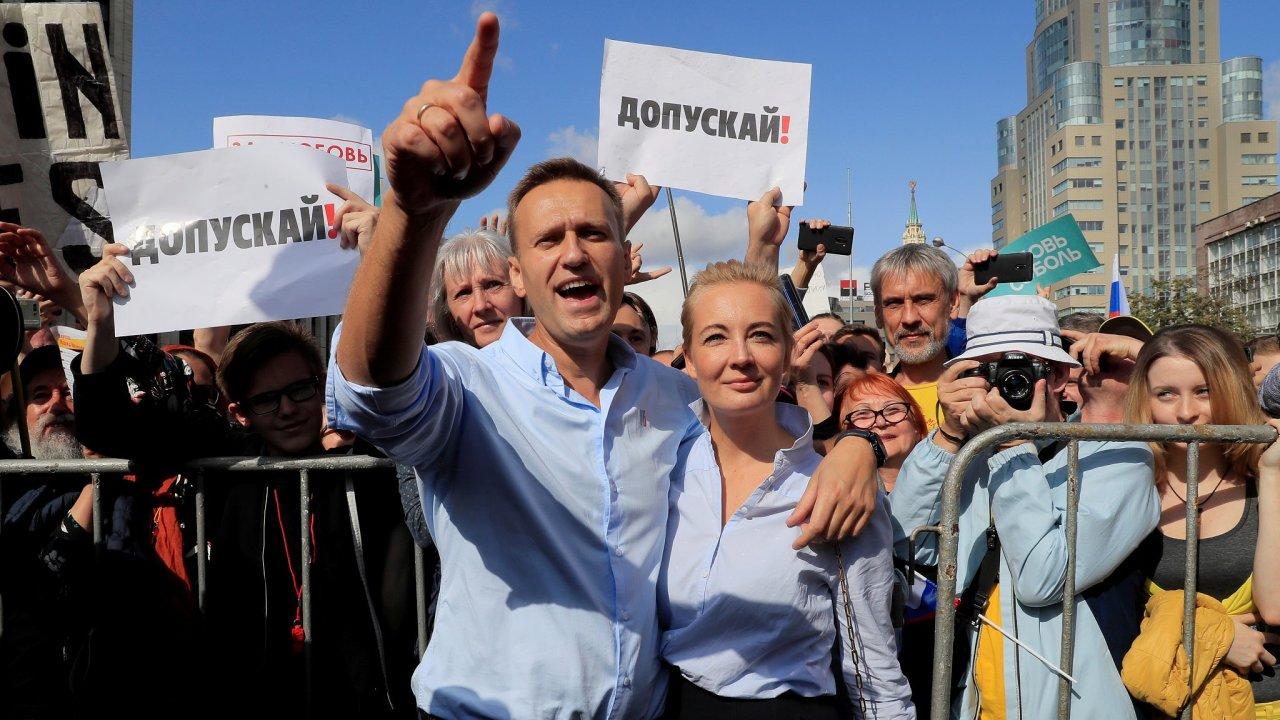 Ještě před dvěma lety mohl Alexej Navalnyj mluvit veřejně ke svým příznivcům. S manželkou Julií je takhle zdravil při místních volbách v Moskvě.