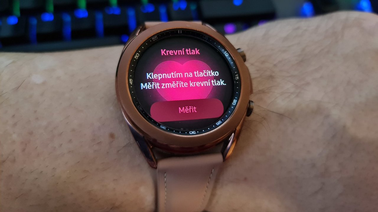 Hodinky od Samsungu mohou už i v Evropě měřit tlak a dělat EKG