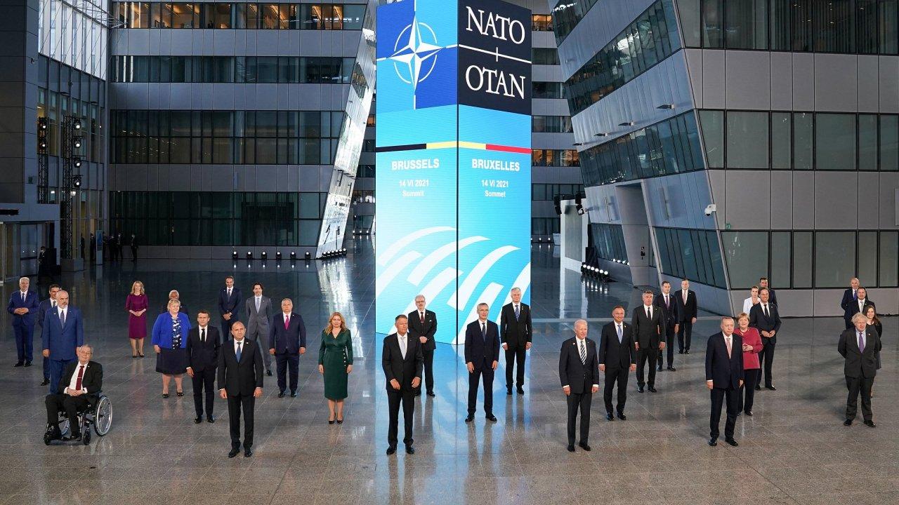 Lídři států NATO jednali v Bruselu. Nechyběl český prezident Miloš Zeman (sedící vlevo), slovenská prezidentka Zuzana Čaputová (v zeleném) ani americký prezident Joe Biden (uprostřed).