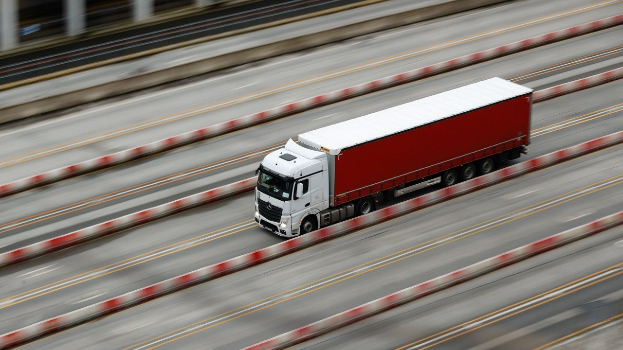 Kamion přijíždí v britském Doveru.