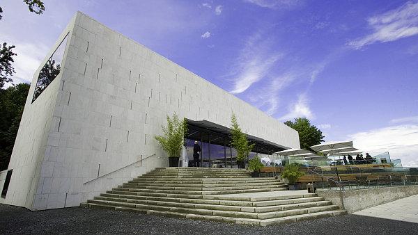 Budova Muzea moderního umění na vrcholu Mnišské hory