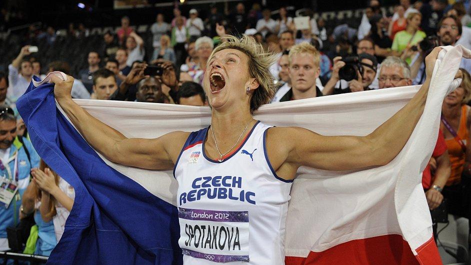 Barbora Špotáková se raduje z olympijského vítězství