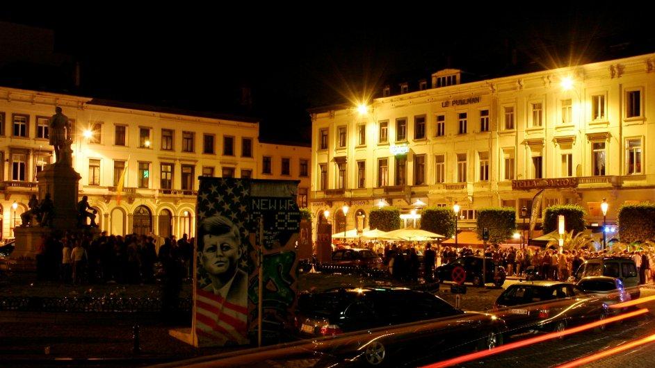 Na náměstí před Evropským parlamentem se každý čtvrteční podvečer scházejí skupinky eurokratů.