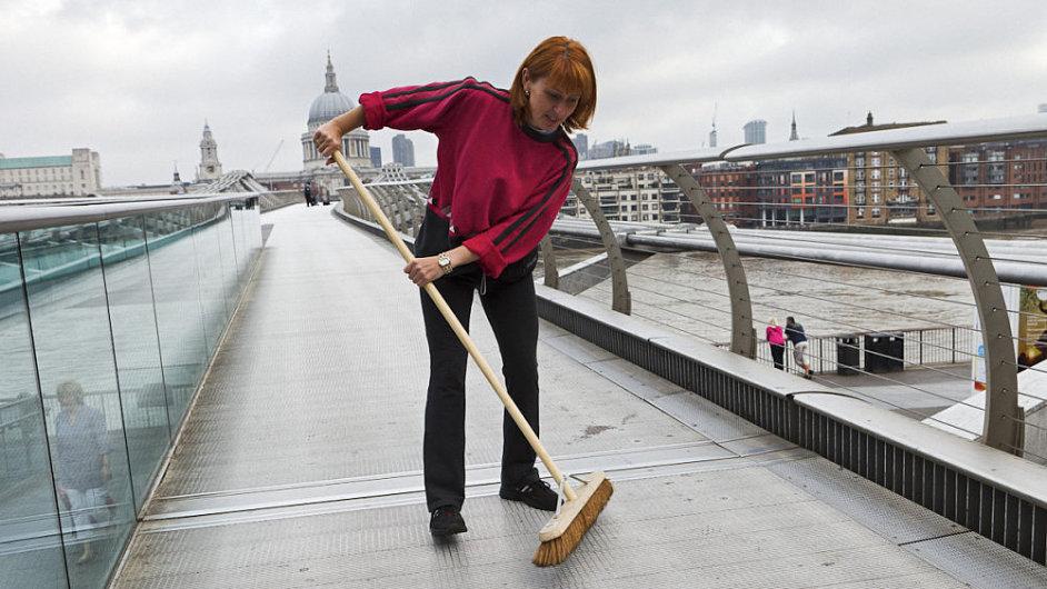 Kateřina Šedá v roce 2011 přestěhovla 80 obyvatel Bedřichovic do Londýna
