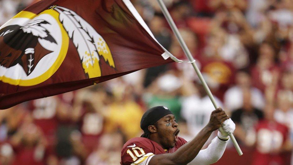 Quarterback Robert Griffin III s vlajkou Redskins