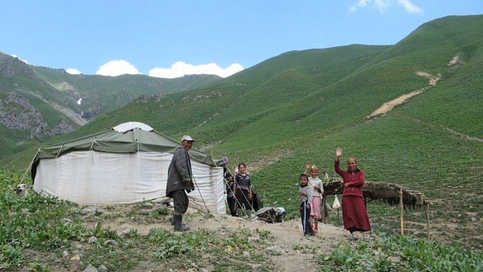 Lidé v kyrgyzských horách jsou velmi chudí, ale i přesto turisty srdečně zvou do svých jurt