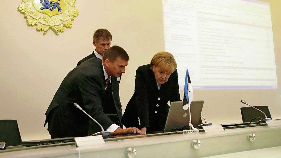 Estonský premiér Andrus Ansip a Angela Merkelová v Tallinu