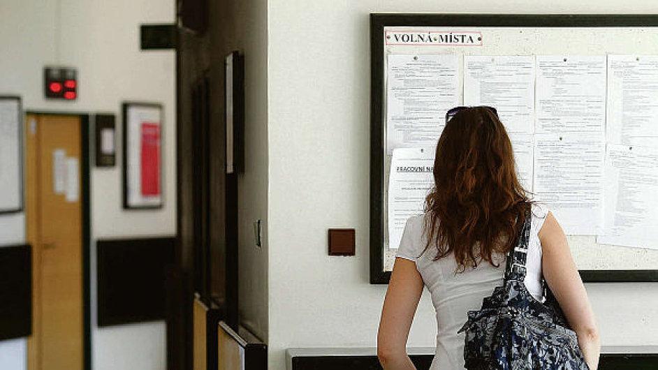 Nezaměstnanost by měla do roku 2018 klesnout na 5,3 procenta. Ilustrační foto