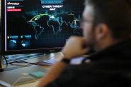 Británie obvinila ruskou vládu z loňských kyberútoků. Mezi postiženými zeměmi bylo i Česko